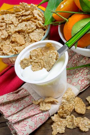 yogurt natural: baja en grasa cremosa yogur natural con cereales crujientes