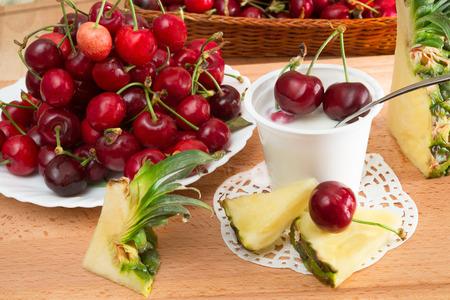 yogurt natural: baja en grasa yogur natural cremoso sabor cerezas Foto de archivo