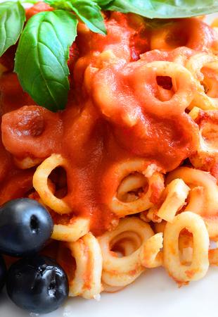 alcaparras: peque�os anillos de pasta siciliana con oliva y tomates de las alcaparras Foto de archivo