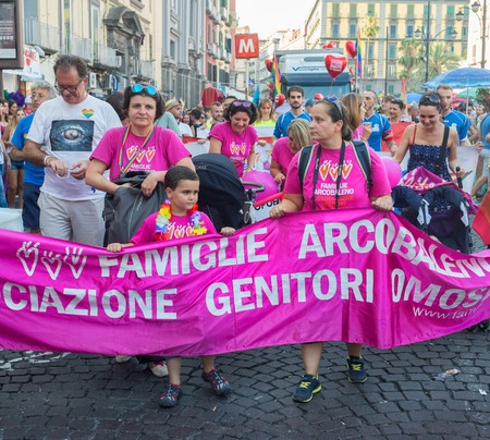 trasgressione: NAPOLI, ITALIA-11 luglio: folla della processione del Gay Pride annuale della manifestazione per le strade del centro storico. Le associazioni in prima linea per la garanzia dei diritti degli omosessuali su 11 luglio 2015 a Napoli
