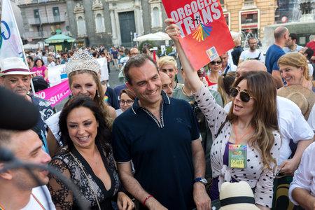 transsexual: N�POLES, ITALIA EL 11 de julio: El alcalde de N�poles De Magistris participa en la Marcha del Orgullo Gay en las calles del centro hist�rico como la cara de los derechos humanos y la libertad sexual. en 11 de julio 2015 en N�poles