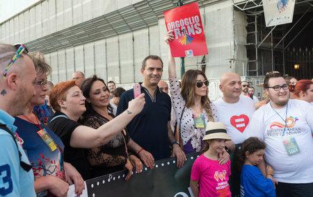 transexual: N�POLES, ITALIA EL 11 de julio: El alcalde de N�poles De Magistris participa en la Marcha del Orgullo Gay en las calles del centro hist�rico como la cara de los derechos humanos y la libertad sexual. en 11 de julio 2015 en N�poles