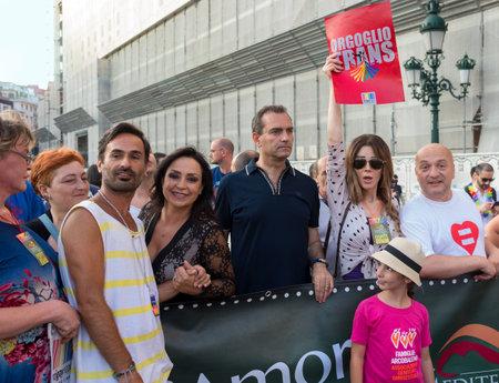 trasgressione: NAPOLI, ITALIA-11 luglio: Il sindaco di Napoli De Magistris partecipa al Gay Pride per le vie del centro storico come il volto dei diritti umani e della libert� sessuale. il 11 Luglio 2015 a Napoli Editoriali
