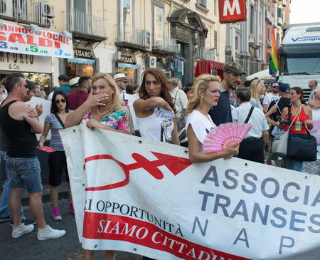 homosexuales: NÁPOLES, ITALIA EL 11 de julio: gente de la procesión del Orgullo Gay anual del evento en las calles de la ciudad vieja. Las asociaciones en la línea del frente para la garantía de los derechos de los homosexuales en 11 de julio 2015 en Nápoles