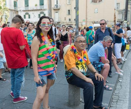 transsexual: N�POLES, ITALIA EL 11 de julio: Algunos participantes en la Marcha del Orgullo Gay cada a�o re�ne a miles de personas homosexuales y no reclamar el derecho a la libertad sexual y contra la homofobia en 11 de julio 2015 en N�poles