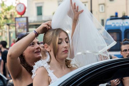 trasgressione: NAPOLI, ITALIA-11 luglio: simulazione di un matrimonio tra persone dello stesso sesso di rivendicare i diritti alla libert� sessuale alla legalizzazione dei matrimoni gay il 11 Luglio 2015 a Napoli Editoriali