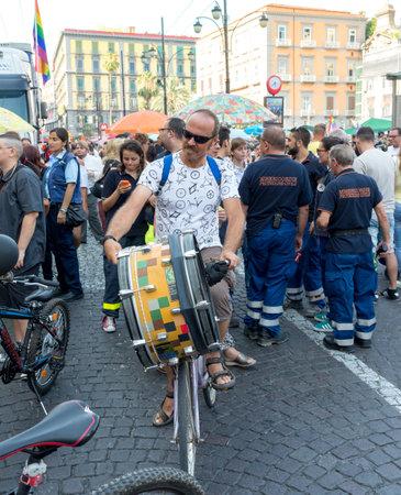 trasgressione: NAPOLI, ITALIA-11 luglio: Alcuni partecipanti al Gay Pride ogni anno riunisce migliaia di persone gay e non di rivendicare il diritto alla libert� sessuale e contro l'omofobia il 11 Luglio 2015 a Napoli