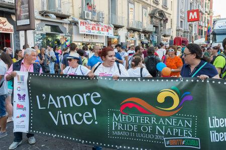 homosexuals: NÁPOLES, ITALIA EL 11 de julio: gente de la procesión del Orgullo Gay anual del evento en las calles de la ciudad vieja. Las asociaciones en la línea del frente para la garantía de los derechos de los homosexuales en 11 de julio 2015 en Nápoles