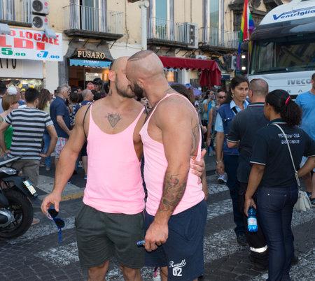 transexual: NÁPOLES, ITALIA EL 11 de julio: Algunos participantes en la Marcha del Orgullo Gay cada año reúne a miles de personas homosexuales y no reclamar el derecho a la libertad sexual y contra la homofobia en 11 de julio 2015 en Nápoles