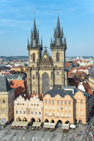 praga: PRAGUE - AUGUST 6 :Old Town Square with a monument to Jan Hus, a theologian and religious reformer of 1300 on august 6, 2015 in Prague - Czech Republic