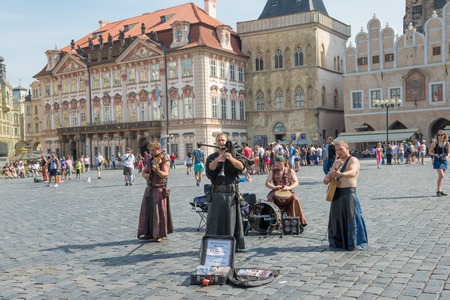 praga: PRAGUE - AUGUST 6: Street performers in costume play Celtic in  Old Town Square or Clocks square on august 6,2015 in Prague - Czech Republic