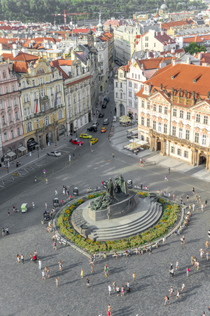 praga: PRAGUE - AUGUST 6: Aerial view of  Old Town Square - Clocks square and Jan Hus monument. People sitting and walking around on august 6,2015 in Prague - Czech