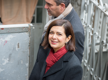 delincuencia: 19 Nápoles-Italia-diciembre de 2016: El presidente de la Cámara Laura Boldrini visitar el distrito de Scampia y conoce a su gente con el alcalde De Magistris. Scampia es el conjunto de Gomorra ficción.