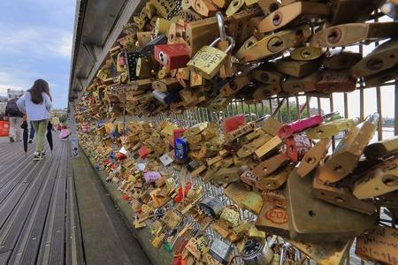 des: Pont des art, Paris France