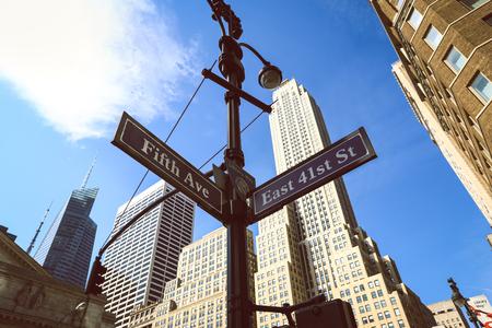 Poste indicador con la Quinta Avenida de Nueva York