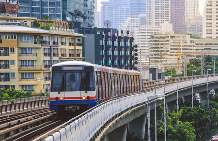 BTS Sky Train is running in downtown of Bangkok.  Sky train is fastest transport mode in Bangkok 版權商用圖片 - 91034716