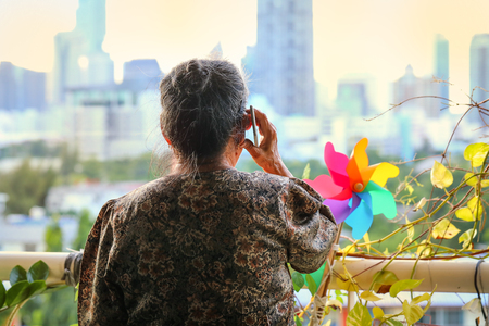 close up hand of old asian woman hold smartphone Imagens