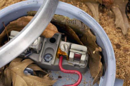 contador electrico: En la parte trasera y el interior de un medidor de electricidad descartado  Foto de archivo