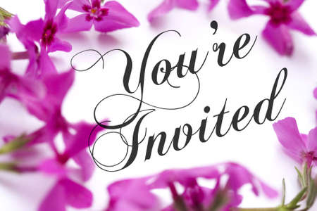 Uitnodiging met roze Phlox achtergrond en elegante script tekst.