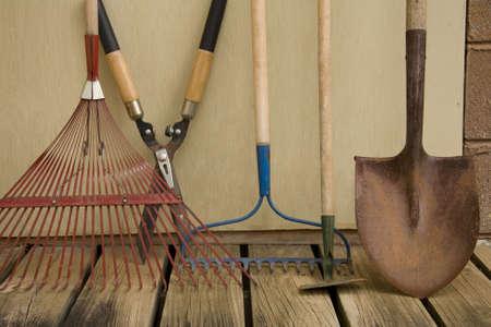 Een stilleven van de verschillende instrumenten die in het erf en tuin.