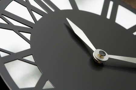 Hoog contrast close-up van een Romeins cijfer klok.