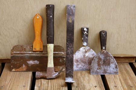 tablaroca: La naturaleza muerta de diversas herramientas para quitar e instalar drywall.  Foto de archivo