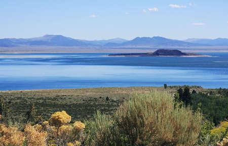 inyo national forest: Vista del Lago Mono en el centro de la cubierta. Foto de archivo