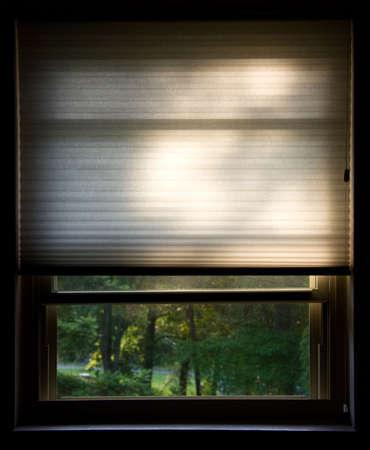 朝の太陽が輝いている視覚障害者と開いているウィンドウのショットをトリミングしました。