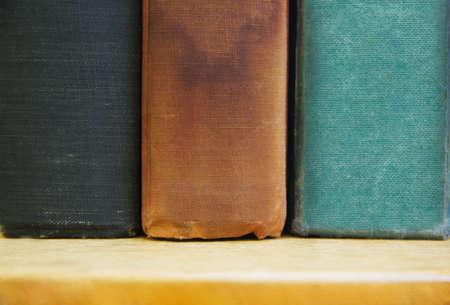 書棚の本の古いいくつかのビューをトリミングしました。