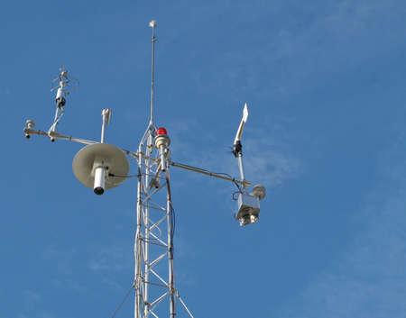 pluviometro: Vista de estación meteorológica con diversos dispositivos de medida de la meteorología.