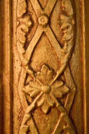 ribetes: Detalle del tallado de madera adornos de oro. Foto de archivo