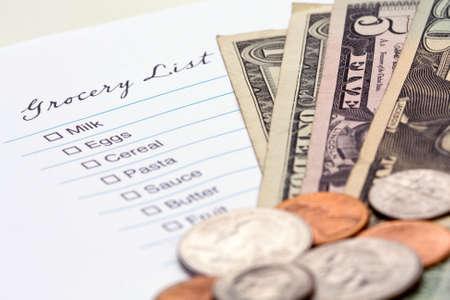 Lista de artículos necesarios en la tienda de abarrotes con dinero. Foto de archivo - 6409255