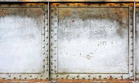 Geschilderde grunge metalen achtergrond met klink nagels en panelen. Stockfoto