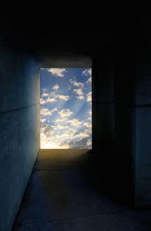 Een donkere tunnel met licht aan het eind. Stockfoto