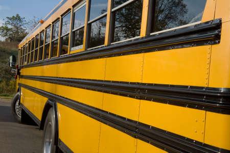 Op zoek langs de zij kant van een school bus.