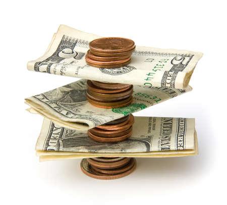 Stapel van munten met rekeningen geïsoleerd op witte achtergrond Stockfoto