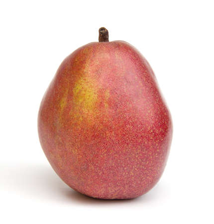 anjou: Pera de Anjou rojo sobre un fondo blanco. Foto de archivo