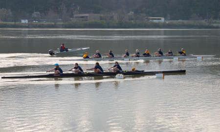 Knoxville, Tennessee, VS - 13 maart 2011: leden van de Women's Rowing Team-trein van de University of Tennessee voor aankomende evenementen. Stockfoto - 9021034