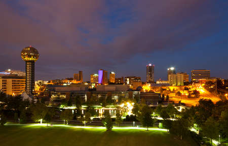 Bekijk van Knoxville, Tennessee skyline, lange blootstelling 's nachts