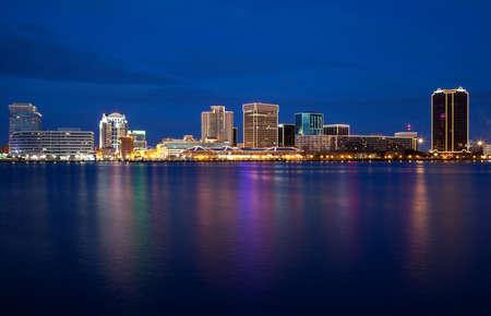 Norfolk, Virginia horizonte al atardecer con luces de Navidad. Foto de archivo