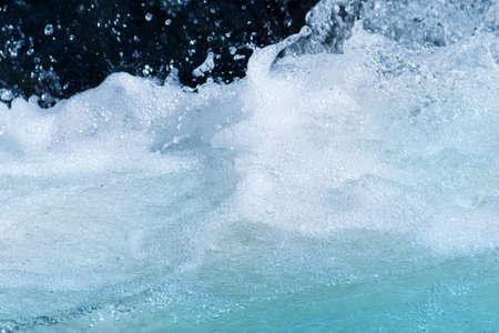 espumante: Close-up de correr, el agua espumosa en una corriente Foto de archivo