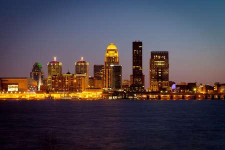 Louisville, Kentucky horizonte y el río Ohio en la oscuridad
