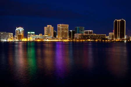 クリスマス ライトで夕暮れ時にノーフォーク、バージニア州のスカイライン。 写真素材