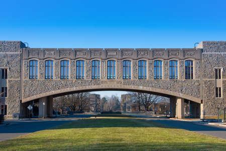 Torgersen Hall en de brug naar Newman Library op Virginia Tech