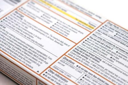 advertencia: La parte posterior de una caja de medicamentos muestra los hechos, las precauciones y las instrucciones para el medicamento que contiene Foto de archivo