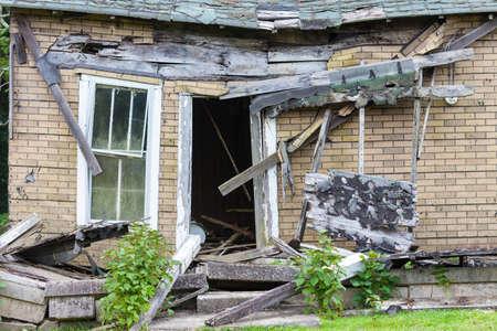 Voorkant van een verlaten huis dat naar beneden valt