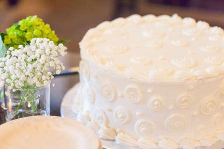plato del buen comer: Muy bien decorado pastel blanco en un baby shower