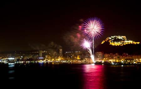 Fuegos artificiales durante la noche en la playa de Alicante - España