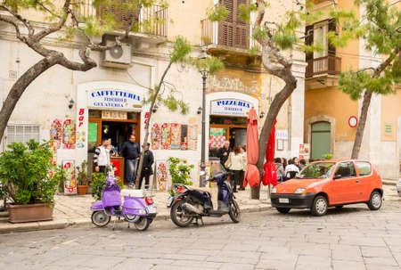 Typisch Italiaans straat leven met IJs, pizza en coffeeshop