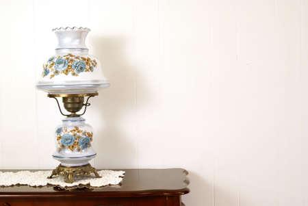 polished wood: posponga la lampada su a foglie rampanti antico doily e sulla tabella di legno lucidata.